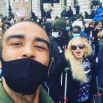 Мадонна поддержала протестующих в Лондоне на костылях