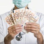 Педиатру — 1900 евро, медсестре — до 1400: сколько в Латвии платят медикам