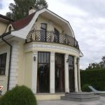 Богатые тоже плачут: хозяйка особняка в Юрмале уже год не может выселить жильца
